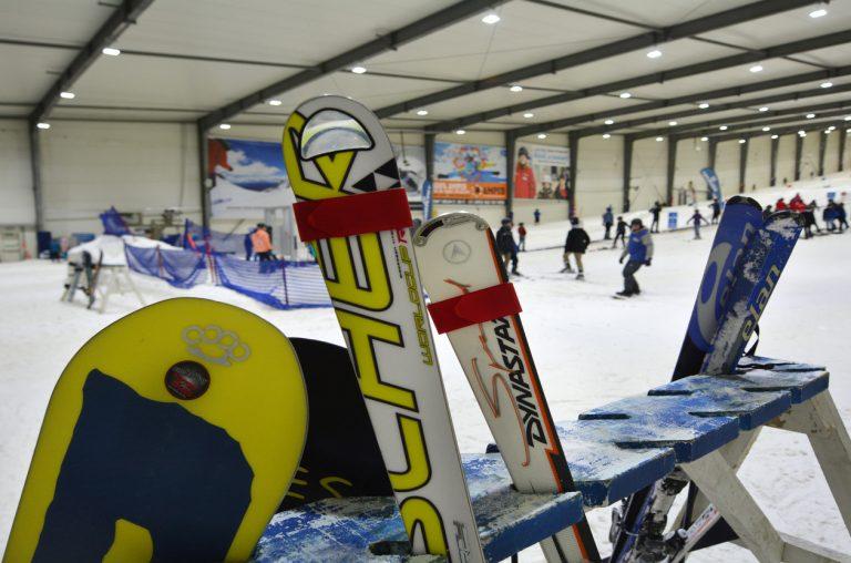 Skidor i en skidställning inomhus